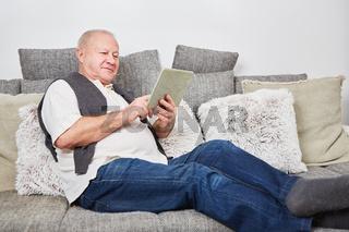 Älterer Mann mit Tablet beim Chat