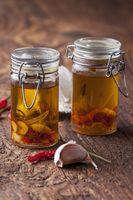 Olivenöl mit Knoblauch, Chili und Rosmarin