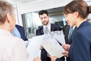 Team in einem Meeting mit Dokumenten