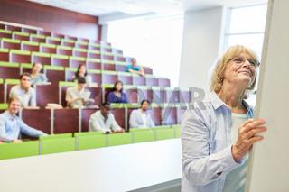 Ältere Frau als Lehrer an der Uni