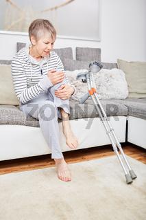Seniorin mit Krücken hat Schmerzen