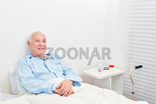 Senior liegt bettlägerig im Bett im Krankenhaus