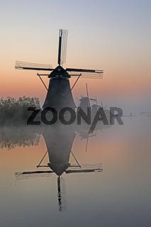 Historische Windmühlen im Nebel, Kinderdijk, Provinz Südholland, Niederlande, Europa
