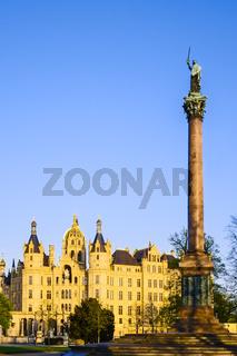 Siegessaeule auf dem Alten Garten vor Schloss Schwerin, Schwerin, Mecklenburg-Vorpommern, Deutschland