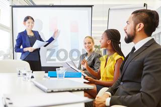 Geschäftsfrau macht eine Consulting Präsentation