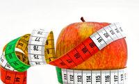 Maßband und Apfel zum Freistellen