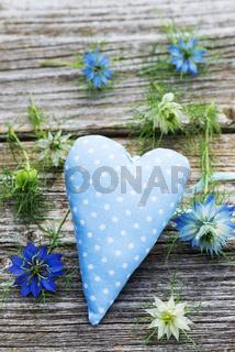 Herz mit Nigellablüten