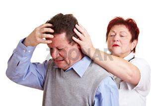 Mann mit Migräne beim Arzt