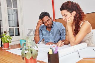 Kollegen im Startup beim Brainstorming