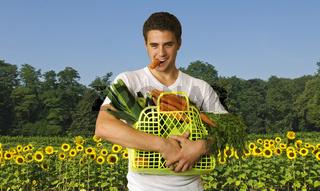 Mann mit Gemüsekorb