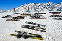 Ski liegen paarweise im Schnee, Skigebiet Les Contamines-Montjoie, Haute-Savoie, Frankreich