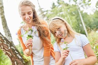 Mutter und Tochter zusammen im Garten