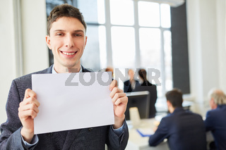 Junger Business Mann zeigt leeres Schild