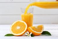 Orangensaft einschenken eingießen eingiessen Orangen Saft Orange Fruchtsaft