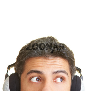 Blick mit Kopfhörern