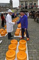 Käsehändler, links, und Bauer, rechts, feilschen um den Preis für Gouda Käse, Gouda,Netherlands