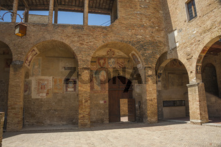 Innenhof im Museum Museo Civico in San Gimignano, Tuscany, Italy