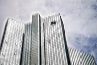 Deutsche Bank Gebäude in Frankfurt mit Bewegungsunschärfe
