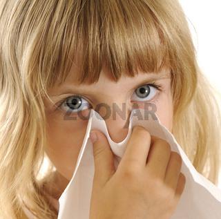 Kleines Maedchen mit Taschentuch