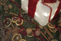 Weihnachtsdekoration mit Zimt, Nüssen, Orangenschalen