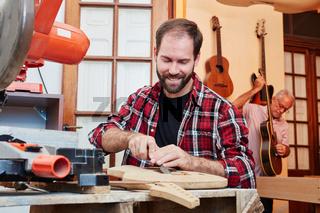 Mann als Handwerker arbeitet in Werkstatt