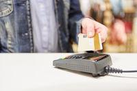 Kunde macht Mobile Payment mit Geldkarte