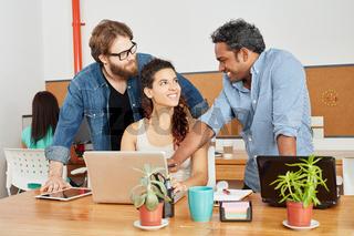 Gründer und Team am Laptop