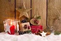 Weihnachtshintergrund - Päckchen, Sterne und Laterne vor Holzzaun