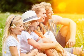 Familie und Kinder auf einer Wiese im Sommer