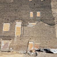 Brandmauer eines alten Wohnhauses und Baustelle