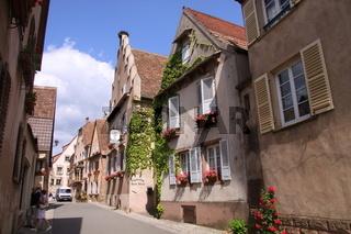 Dorfgasse mit alten Häusern