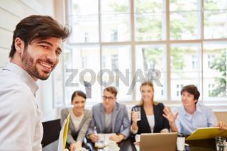 Junger Entrepreneur und sein Team