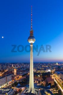 Berlin Skyline Fernsehturm Alexanderplatz bei Nacht Hochformat Deutschland Stadt Straße