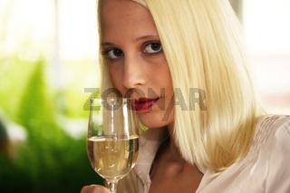 Frau mit Weißwein