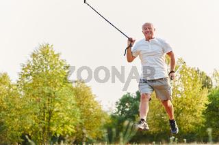 Aktiver Senior beim Nordic Walking
