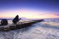 Fotografin am Strand der Ostsee beim fotografieren