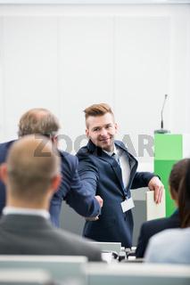 Business Männer gratulieren sich mit Handschlag