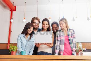 Team schaut auf einen innovativen Laptop