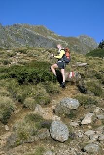 Junge Frau macht eine Wanderung in den Schladminger Tauern