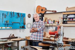Alter Gitarrenbauer in seiner Werkstatt