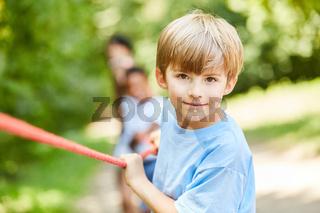 Entschlossener Junge beim Seil ziehen
