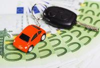 Autoschlüssel mit Geldscheinen und Schlüsselanhänger