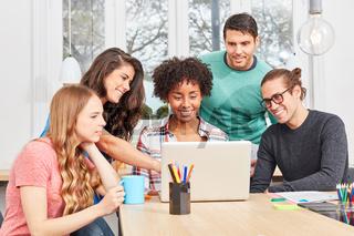 Start-Up Team schaut auf Social Media Präsentation