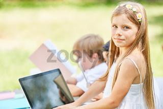 Mädchen mit Laptop im Computerkurs