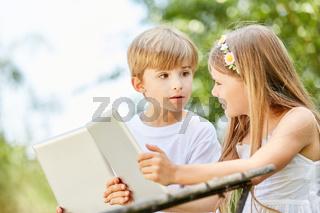 Kinder mit Tablet PC staunen über Chat Nachricht