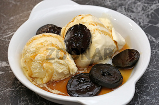 Vanille Eis mit schwarzen Nüssen in Sirup