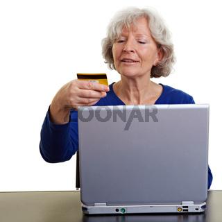 Seniorin kauft online ein