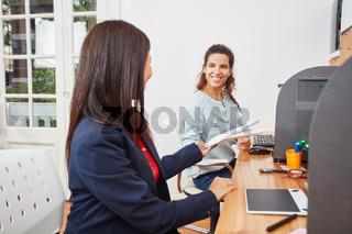 Zwei junge Frauen arbeiten als Berater