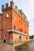 Altes Palazzo mit Schwalbenschwanzzinnen in Lazise am Ufer des Gardasees