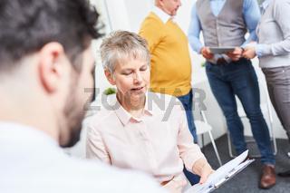Ältere Frau bespricht Planung